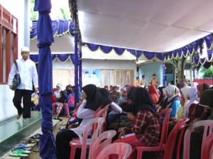 Para Peserta Wanita Bludak Sampai di Luar Masjid
